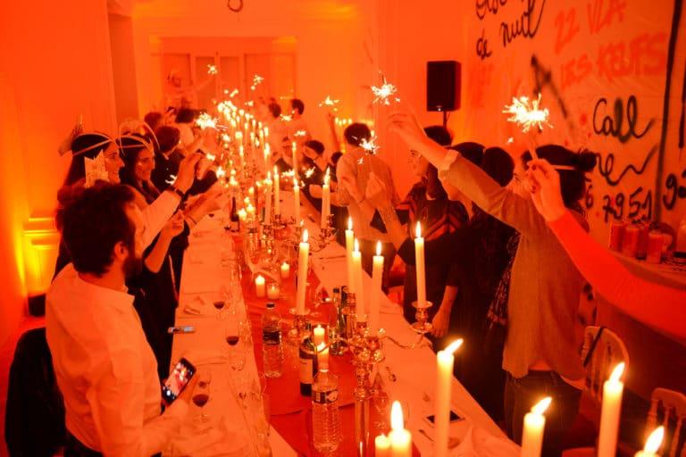 diner aux chandelles exceptionnel bougies appartement haussmanien en chantier scenographie sur mesure evenement prive le bal sauvage agence wato we are the oracle evenementiel events