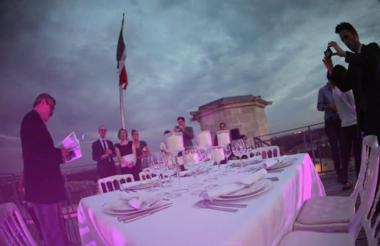 diner sur le toit du plus haut donjon d europe table nappe Château de vincennes france diner volant My Little Paris agence wato we are the oracle evenementiel events