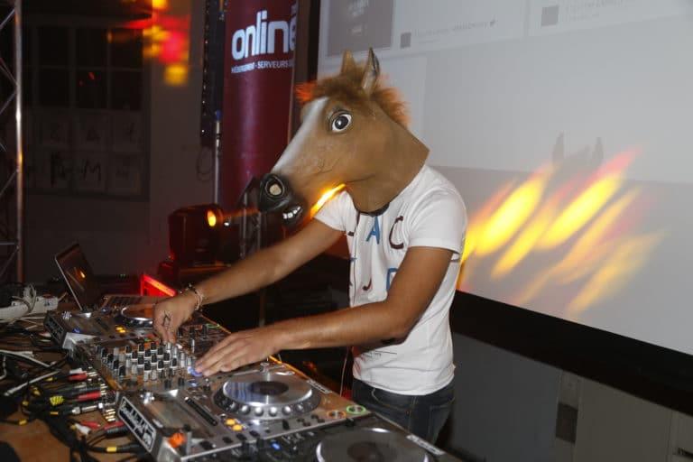 dj masque cheval laboratoire abandonné paris france online hebergeur français campagne de publicité the poney project agence wato we are the oracle evenementiel events