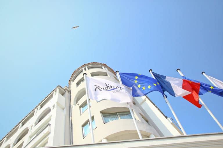 drapeau radisson blue 1835 cannes façade extérieure france seminaire exceptionnel a Cannes Nuxe agence wato we are the oracle evenementiel events