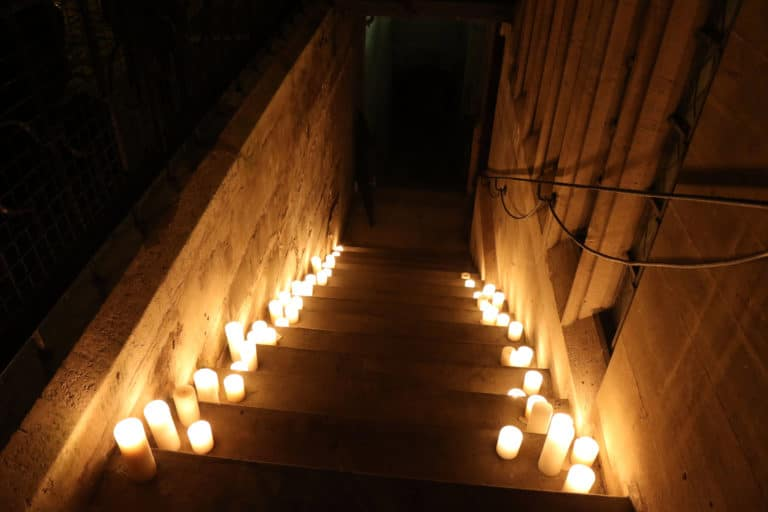 escalier bougies soiree costumee dans une eglise the last monastery cathedrale americaine de paris 5 ans wato agence wato we are the oracle evenementiel events