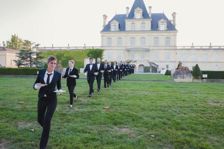 facade chateau serveurs traiteur evenementiel canopée castel dîner de prestige chateau Barreyres haut-médoc france groupe castelagence wato we are the oracle evenementiel events