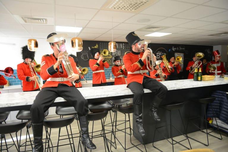 fanfare orchestre trombone musique open space bureaux bva fete paris france evenement sur mesure teaser bva circus agence wato we are the oracle evenementiel events