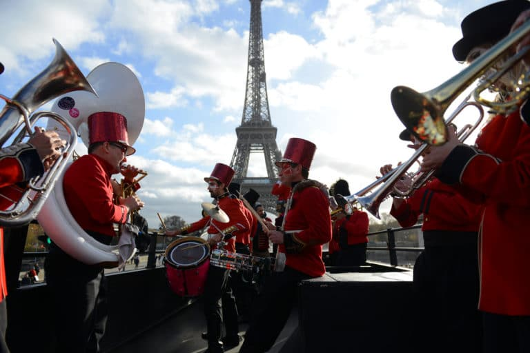 fanfare trombone musique bus imperial bus anglais tour eiffel dame de fer paris france evenement sur mesure teaser bva circus agence wato we are the oracle evenementiel events