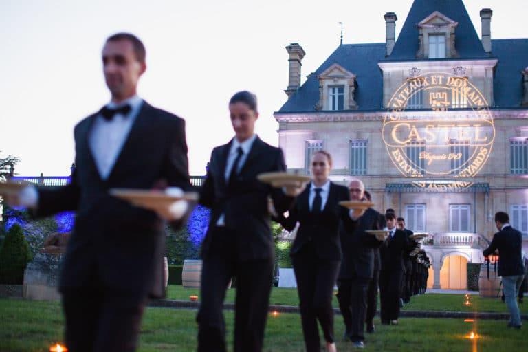 gobo geant facade chateau serveurs traiteur evenementiel canopée castel dîner de prestige chateau Barreyres haut-médoc france groupe castelagence wato we are the oracle evenementiel events