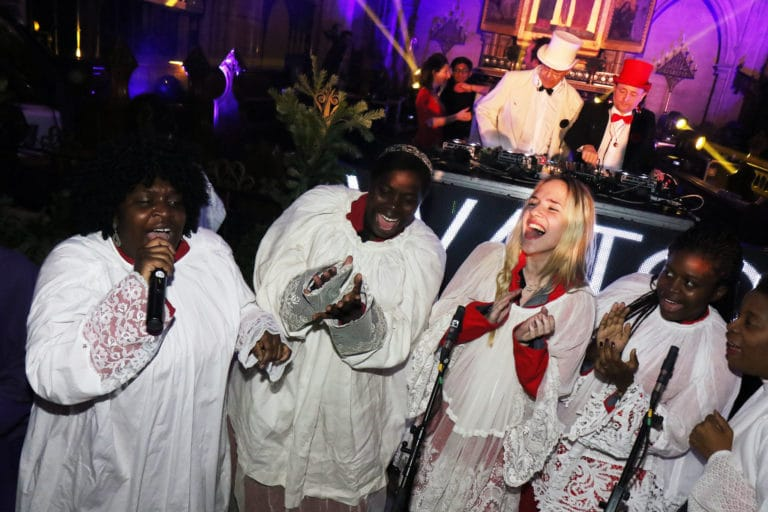 groupe de gospel oh happy day soiree costumee dans une eglise the last monastery cathedrale americaine de paris 5 ans wato agence wato we are the oracle evenementiel events