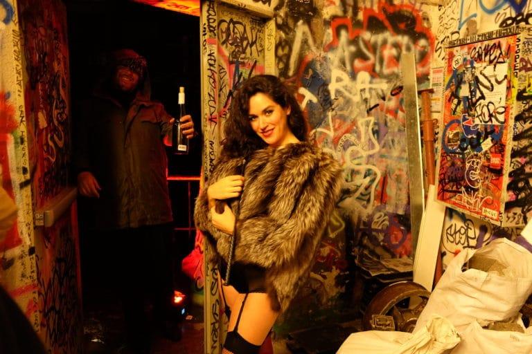 la dandizette danseuse burlesque femme de joie graffitis entree loft baroque paolo calia anniversaire milliardaire indien agence wato we are the oracle evenementiel event