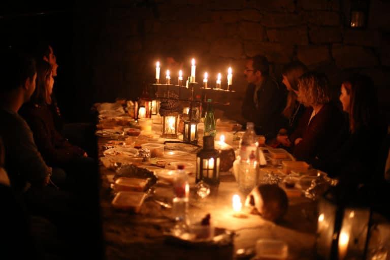 lanterne bougies dejeuner aux chandelles insolite dans les catacombes carriere de calcaire merci alfred applicaiton grood paris france agence wato we are the oracle evenementiel event