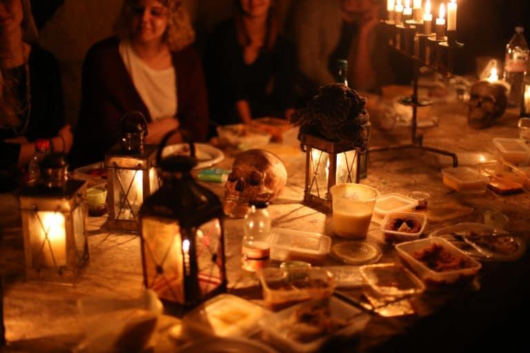 lanternes bougies dejeuner insolite dans les catacombes carriere de calcaire merci alfred applicaiton grood paris france agence wato we are the oracle evenementiel event