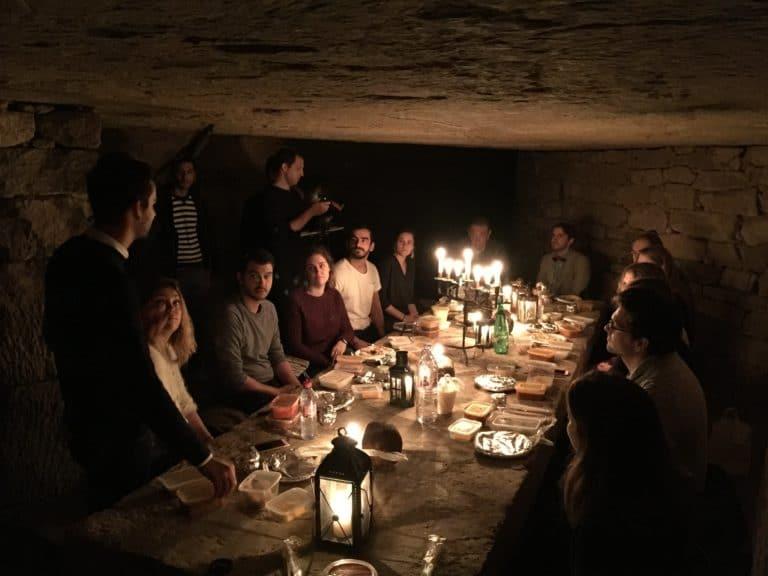 lanternes bougies dejeuner insolite dans les catacombes carriere de calcaire merci alfred applicaiton grood paris france agence wato we are the oracle evenementiel events