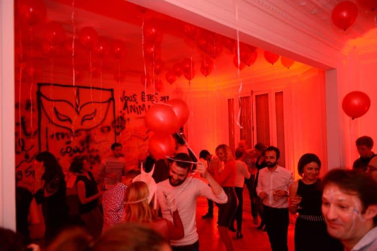 louis marie rohr hyomi legendre soiree dansante ballons rouges coiffes personnalisees appartement haussmannien evenement prive le bal sauvage agence wato we are the oracle evenementiel events