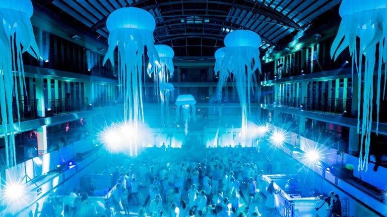 méduses geante scénographie sur mesure piscine pailleron espace sportif pailleron paris france soirée underwater 2 II agence wato we are the oracle evenementiel events