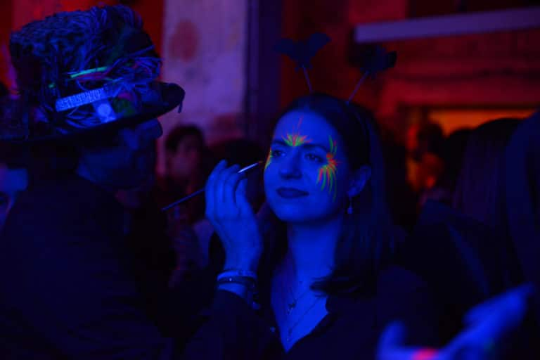 makeup artiste make up fluorescent paranormal theme cafe a ancien couvent des recollets evenement corporate amazon thriller party agence wato we are the oracle evenementiel event