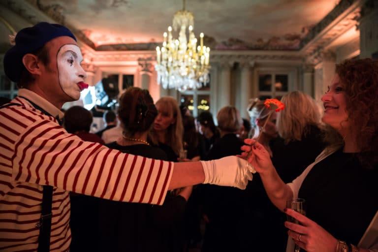 mime acteur lustre hotel particulier paris hotel Salomon de Rothchild paris 8 france padam padam soirée des années 20 agence evenementielle wato we are the oracle events