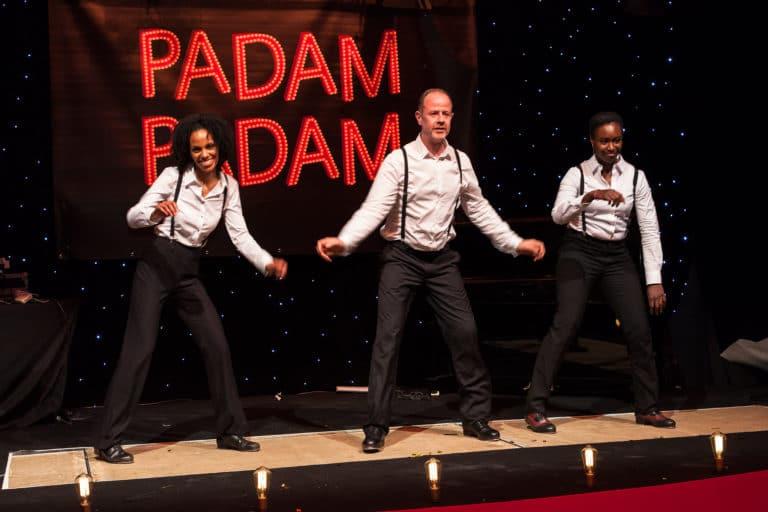 néons sur mesure trio de claquettes danse hotel particulier paris hotel Salomon de Rothchild paris 8 france padam padam soirée des années 20 agence evenementielle wato we are the oracle events