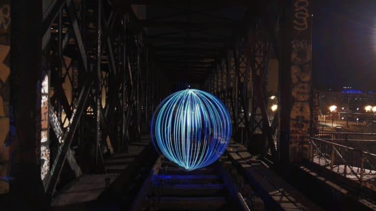 pause longue light painting sphère pont chemin de fer petite ceinture teaser lancement huawei P8 light up p8ris agence wato evenementiel events