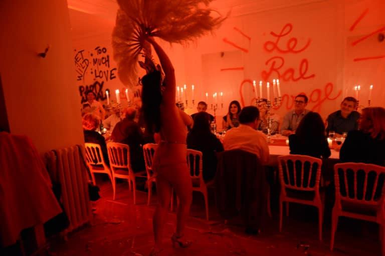 performance burlesque diner aux chandelles appartement haussmannien chantier scenographie sur mesure evenement prive le bal sauvage agence wato we are the oracle evenementiel events