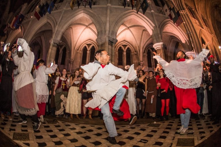 performance danse hip hop soiree costumee dans une eglise the last monastery cathedrale americaine de paris 5 ans wato agence wato we are the oracle evenementiel event