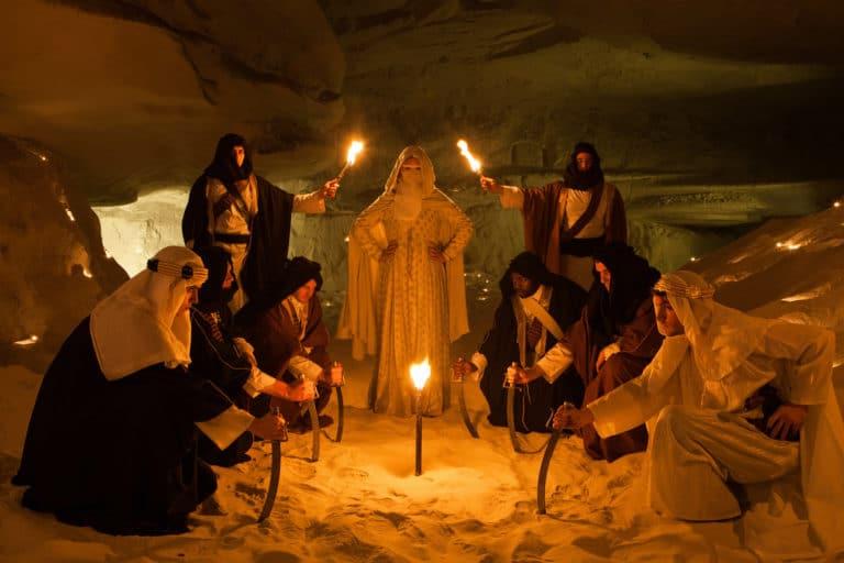 peuple bedouin bougies torche sable grotte caverne secrete insolite lawrence d arabie France insolite teaser video le serment d'alcazar agence wato we are the oracle evenementiel events