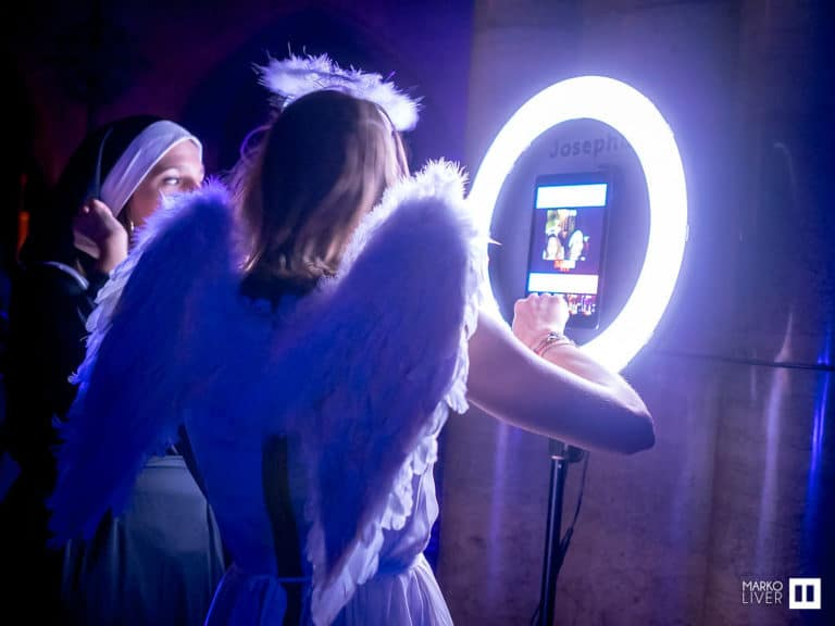photoborne ring light ange ailes soiree costumee dans une eglise the last monastery cathedrale americaine de paris 5 ans wato agence wato we are the oracle evenementiel events