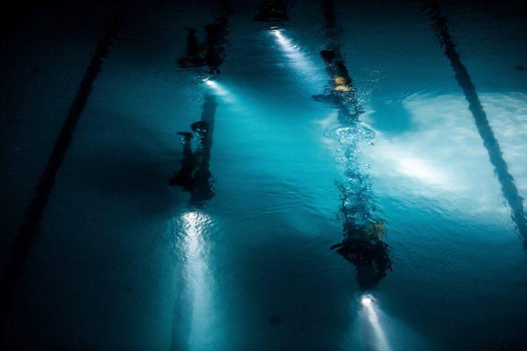 plongeurs bouteille oxygene combinaison lampe torche eau piscine pailleron espace sportif pailleron paris teaser video underwater 2 II agence wato we are the oracle evenementiel events