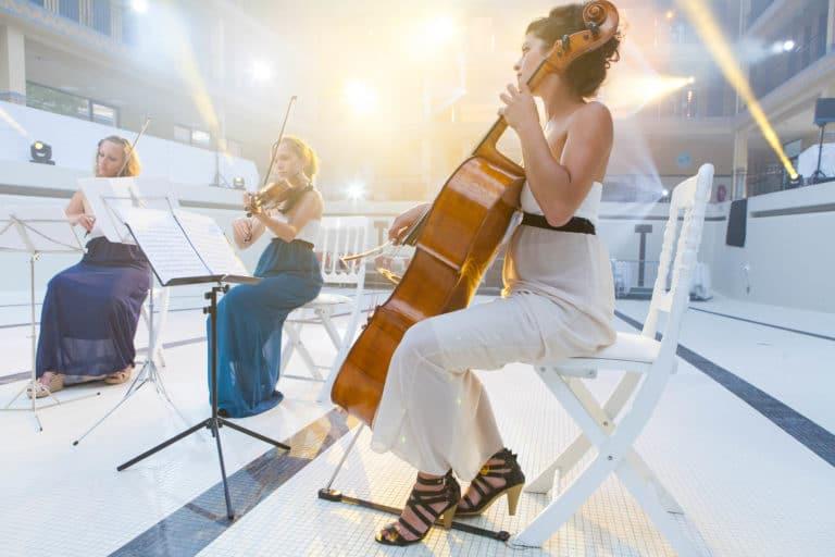 quatuor a cordes Melanie Badal violoniste piscine pailleron espace sportif pailleron Paris 19 france the underwater party soirée wato agence wato we are the oracle evenementiel event