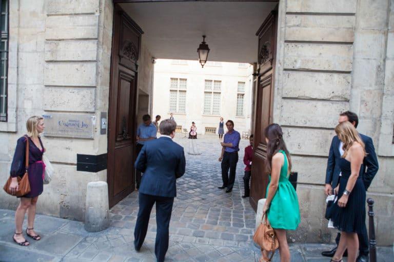 robes costumes chic arrivées des invités entrée cours Musée Cognacq Jay Pars France diner volants My little Paris agence wato we are the oracle evenementiel events
