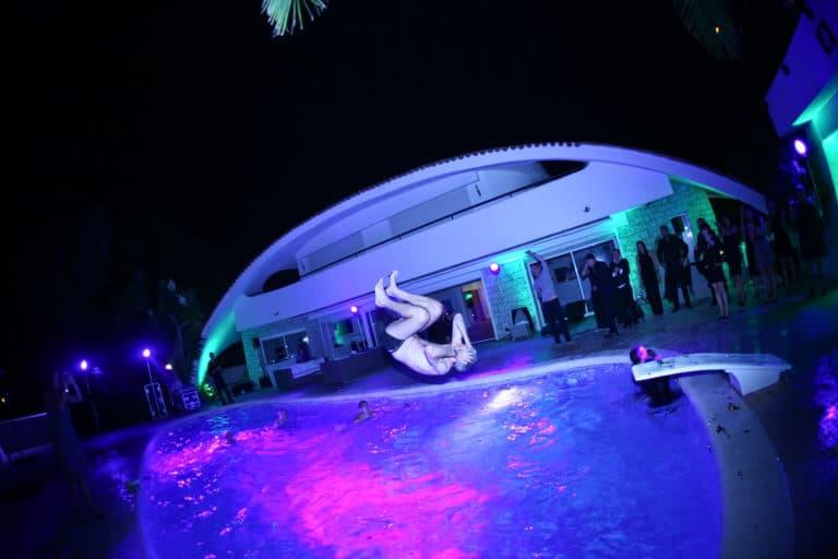 salto piscine front flip soirée insolite seminaire immersif seminaire exceptionnel Villa Oxygene Vallauris villa piscine Cannes toit arrondi Nuxe agence wato we are the oracle evenementiel events