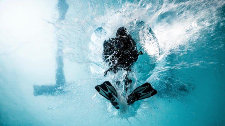 saut plongeurs bouteille oxygene combinaison plongeon piscine pailleron espace sportif pailleron paris france teaser video underwater 2 II agence wato we are the oracle evenementiel events
