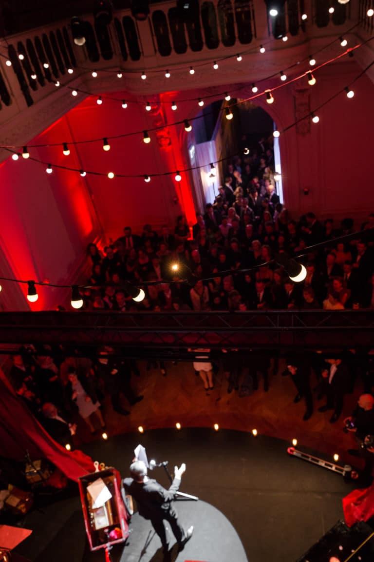 scène spectacle hotel particulier paris hotel Salomon de Rothchild paris 8 france padam padam soirée des années 20 agence evenementielle wato we are the oracle events