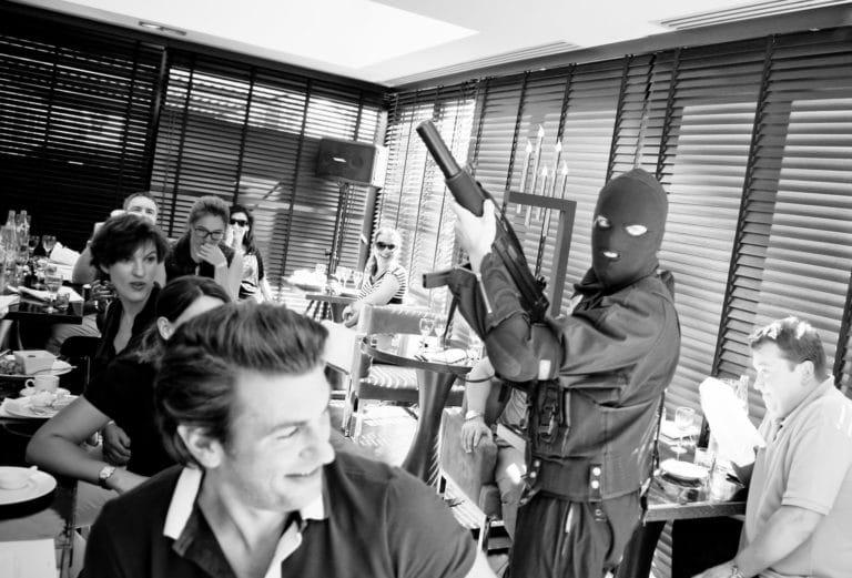 scénario arme à feu mitraillettes cagoule restaurant hotel radisson blue Cannes professeur du staff nuxe france seminaire exceptionnel Cannes Nuxe agence wato we are the oracle evenementiel