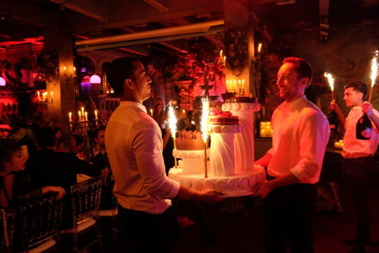 serveurs gateaux anniversaire sur mesure 30 ans loft baroque paolo calia anniversaire milliardaire indien agence wato we are the oracle evenementiel events