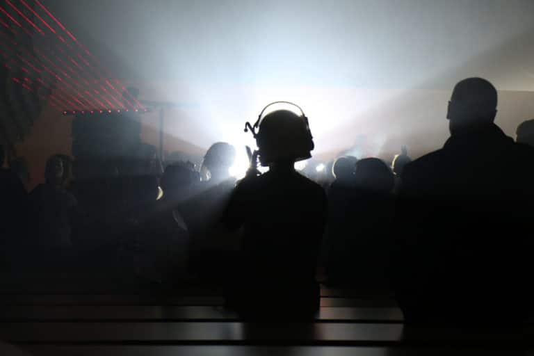 casque astronaute dj set dancefloor techno spots lights dj set astronaute cosmonaute siege du pcf soiree dansante zemixx 600 scenographie sur mesure joachim garaud agence wato we are the oracle evenementiel events