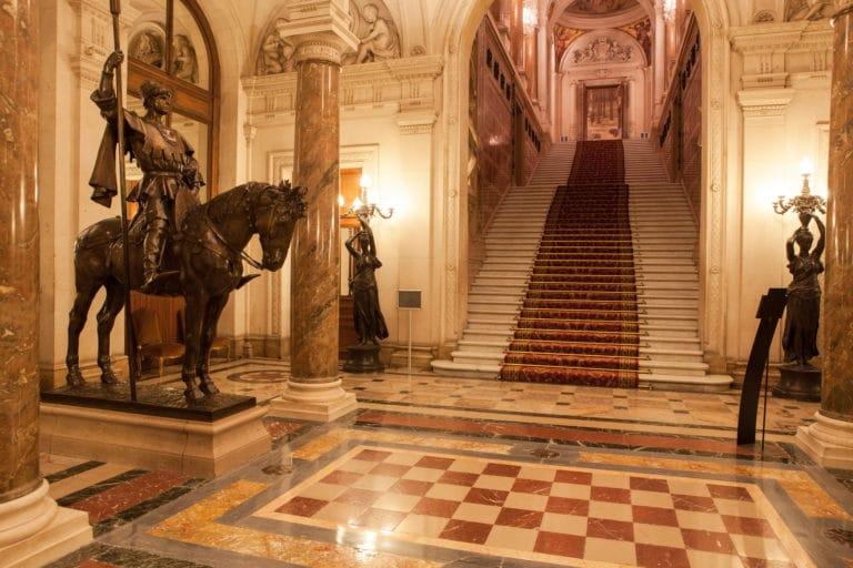 statue marbre escaliers Hotel de ville de Paris France diner volants My Little Paris x Mairie de Paris agence wato we are the oracle evnementiel events