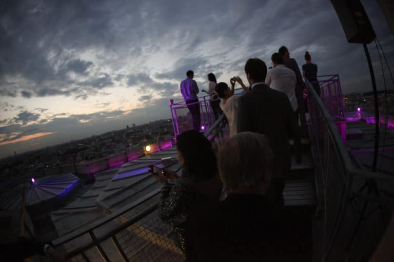 sunset cocktail sur le toit du plus haut donjon d europe table nappe Château de vincennes france diner volant My Little Paris agence wato we are the oracle evenementiel events