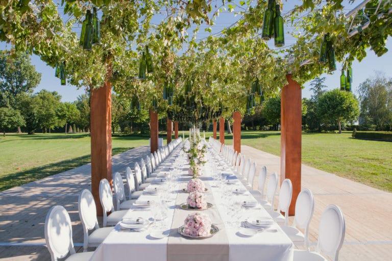 table decor vegétal bouteilles suspendues art de la table canopée castel dîner de prestige chateau Barreyres haut-médoc france groupe castelagence wato we are the oracle evenementiel events