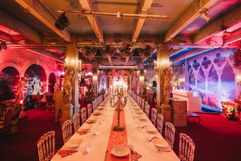 table diner aux chandelles decor exceptionnel loft baroque paolo calia anniversaire milliardaire indien agence wato we are the oracle evenementiel events