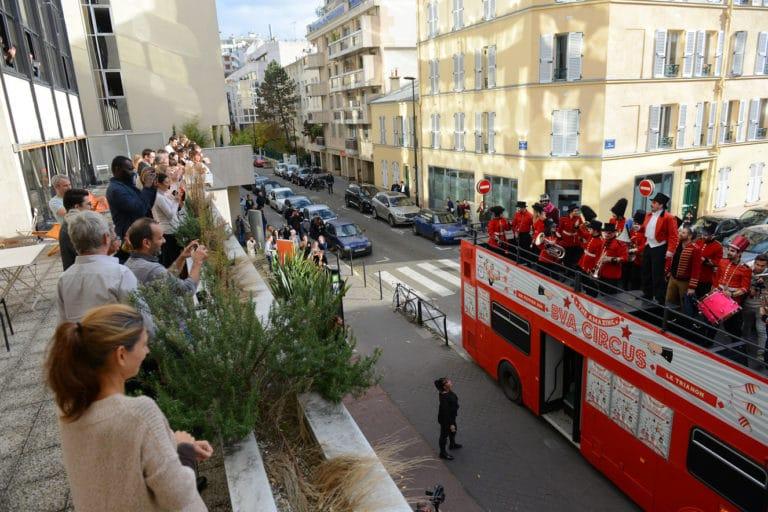 terrasse bva fanfare trombone musique bus imperial bus anglais immmeubles haussmanniens paris france evenement sur mesure teaser bva circus agence wato we are the oracle evenementiel events