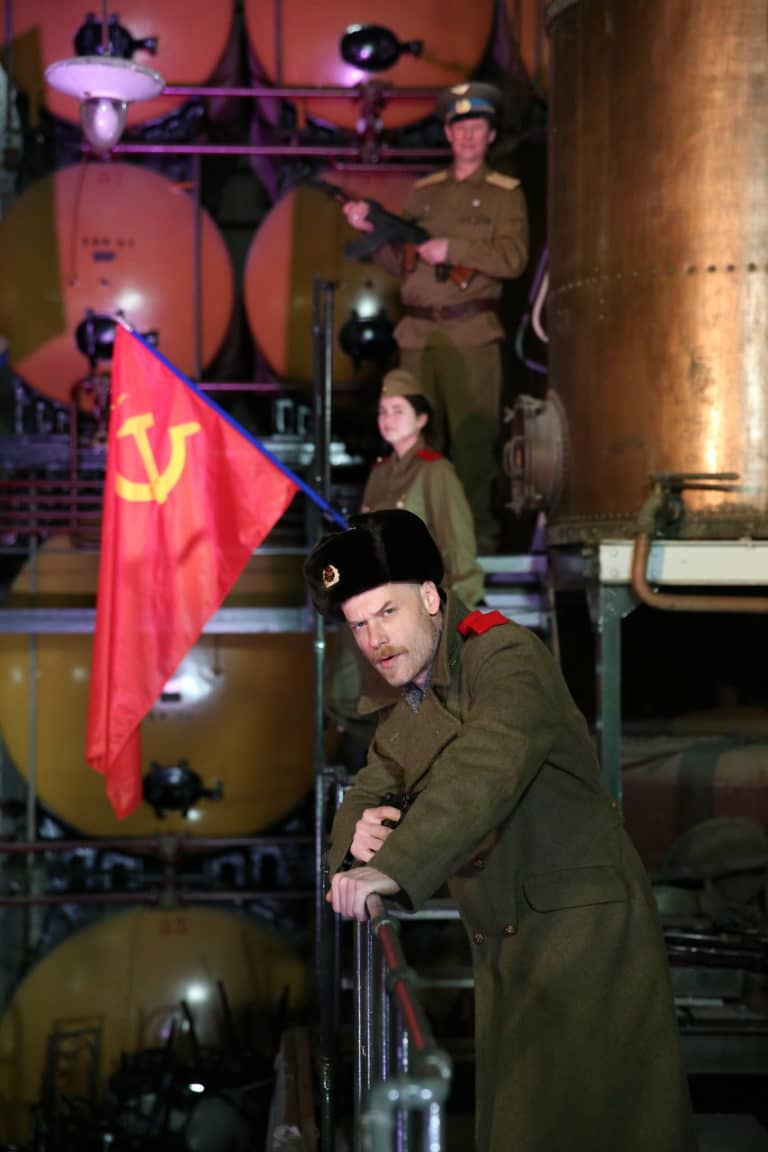 vincent gaeta acteurs drapeau urss Espace Claquessin ancienne usine du XIX malakoff teaser production de video the soviet factory agence wato we are the oracle evenementiel event