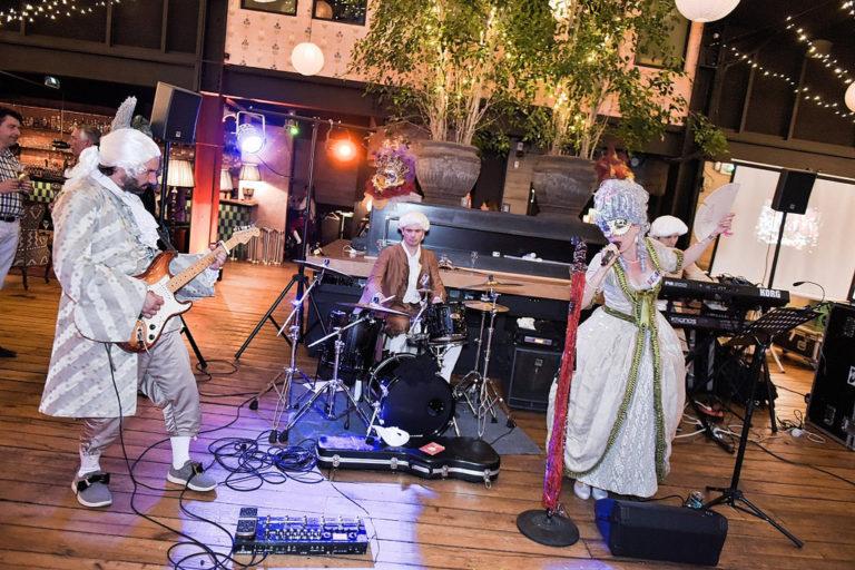 concert guitare electrique wato-citizen-can-venise-masque-doge-groupe-rock-venitien-or-plumes-thematique-insolite-costume-deguisement-cocktail-quai-ouest-corporate-event-evenementiel-paris