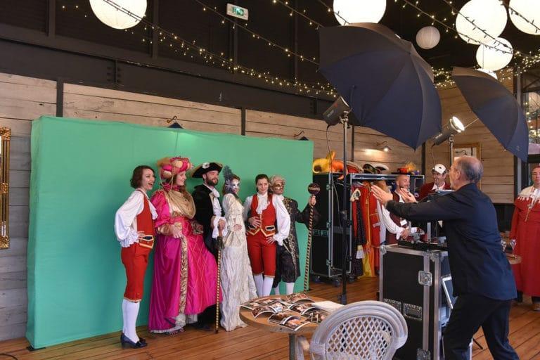 wato-citizen-can-venise-masque-doge-photocall-photographe-fond-vert-acteurs-chanteuses-venitien-or-plumes-insolite-costume-deguisement-cocktail-corporate-event-evenementiel-paris