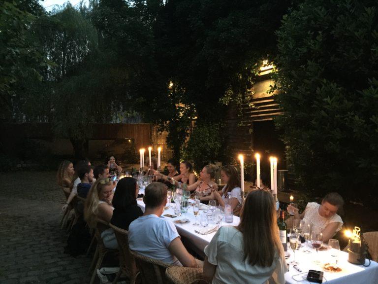 art de la table nappe blanche bougies diner aux chandelles dans un jardin secret lieu insolite explorationparis agence zcomme leboncoin agence wato we are the oracle evenementiel event events