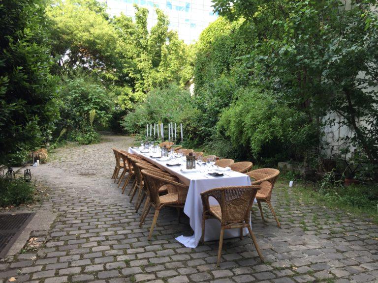 art de la table nappe blanche lanternes diner dans un jardin secret lieu insolite explorationparis agence zcomme leboncoin agence wato we are the oracle evenementiel event events