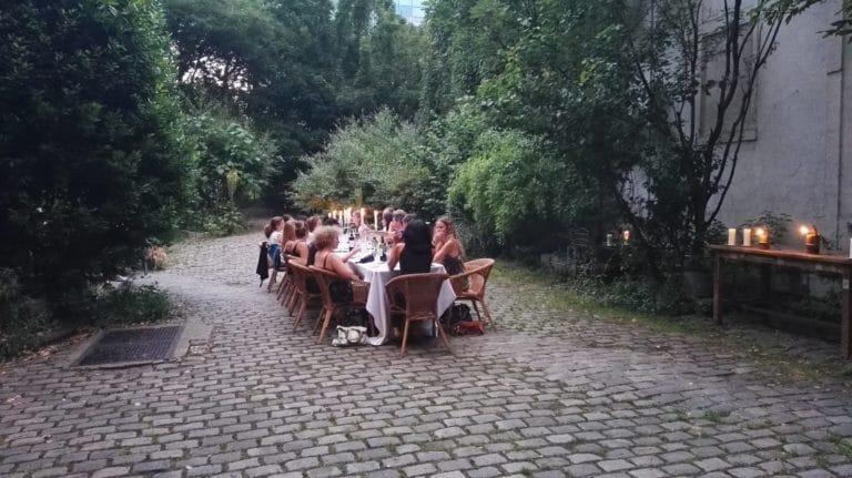 art de la table nappe blanche lanternes diner aux chandelles dans un jardin secret lieu insolite explorationparis agence zcomme leboncoin agence wato we are the oracle evenementiel event events