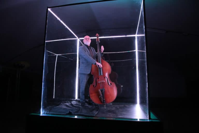 cube plexiglas danse violoncelle performance ancienne gare frigorifique bercy france lancement casque bose soundtrue teaser soirée live in the cube bose agence wato we are the oracle evenementiel events