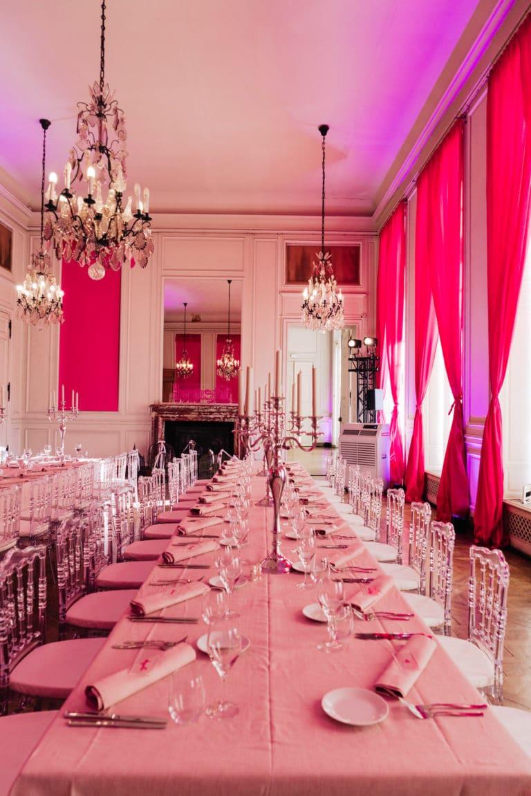 diner-aux-chandelles-exceptionnelle-chateau-lyon-influenceuses-scenographie-sur-mesure-france-insolite-brow-contour-pro-benefit-cosmetics-seminaire-agence-wato-we-are-the-oracle-evenement
