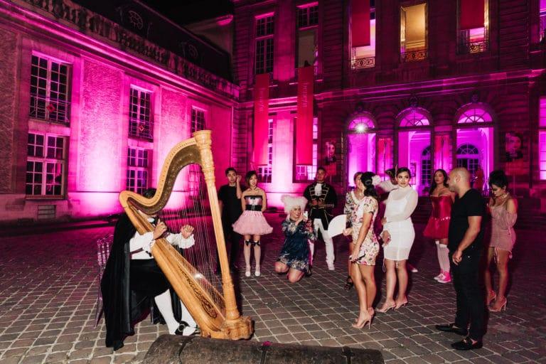 happening-joueur-de-harpe-influenceuses-hotel-particulier-paris-france-insolite-brow-contour-pro-benefit-cosmetics-lancement-de-produit-agence-wato-we-are-the-oracle-evenement-events