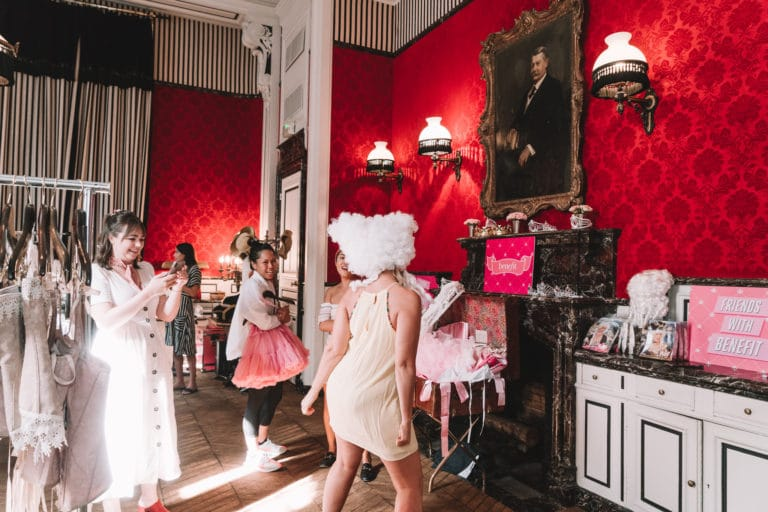 hotel st james marie antoinette costumes hotel particulier influenceuses scenographie sur mesure france insolite brow contour pro benefit cosmetics seminaire agence wato we are the oracle evenement events