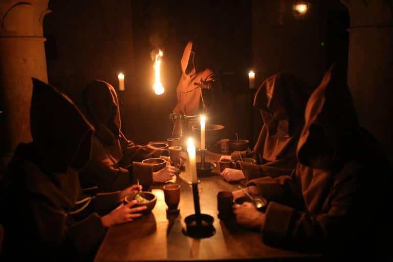 acteur moine torche bougies lueur bougies cuisines des moines abbaye de royaumont teaser video soiree insolite the last monastery 5 ans wato agence wato we are the oracle evenementiel events