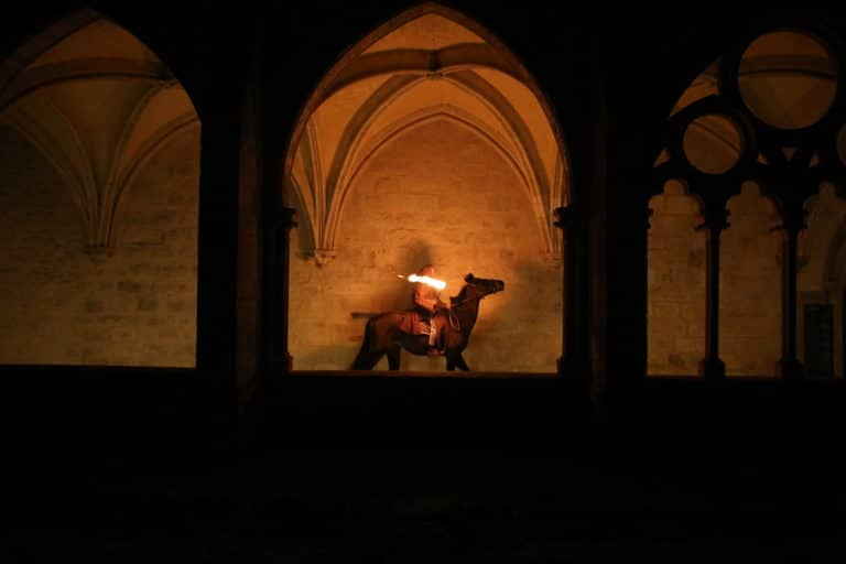 cheval acteur moine torche lueur bougies cloitre abbaye de royaumont france teaser video soiree insolite the last monastery 5 ans wato agence wato we are the oracle evenementiel